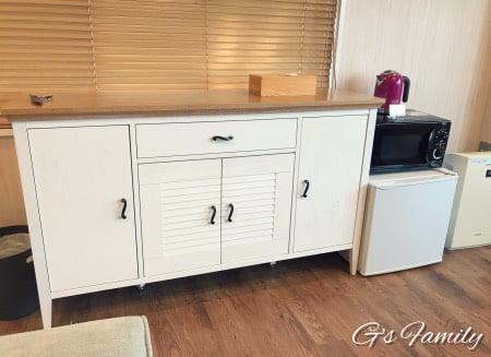 三浦海岸アレーナのスイートルーム冷蔵庫と電子レンジ