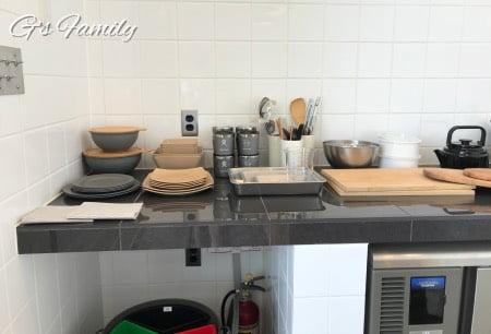 THE CHIKURA UMI BASECAMPのお部屋にあるキッチン用品